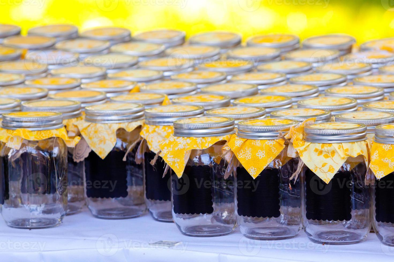 barattoli di bevande di nozze con il giallo foto