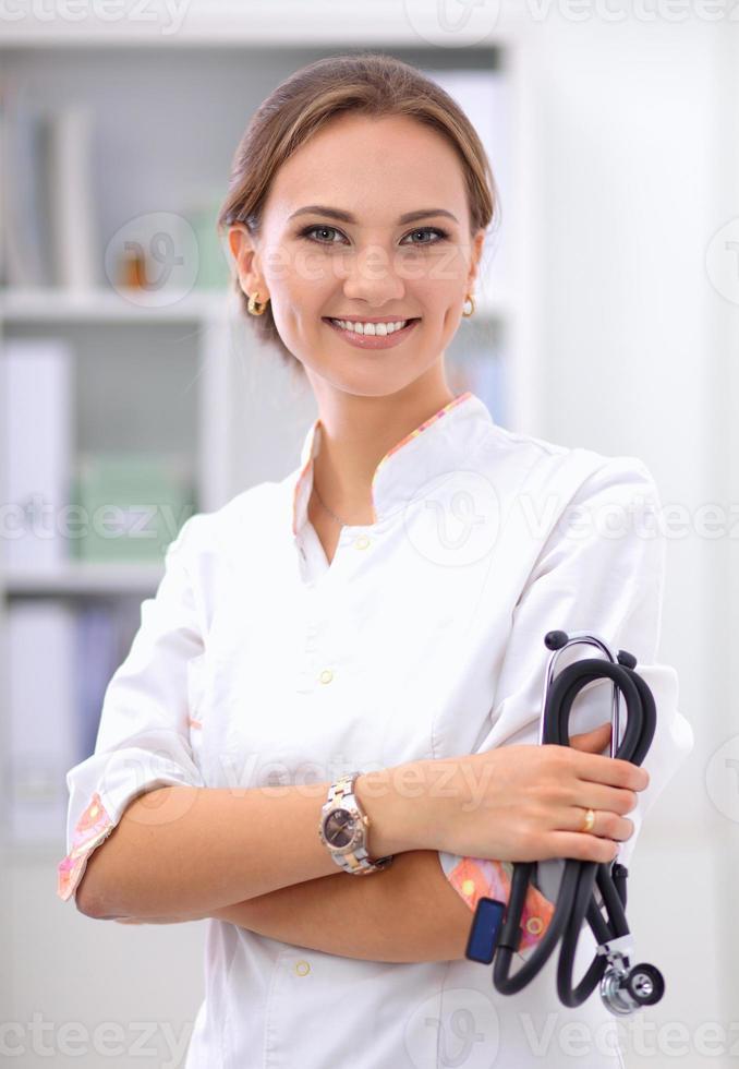donna dottore standingat ospedale foto