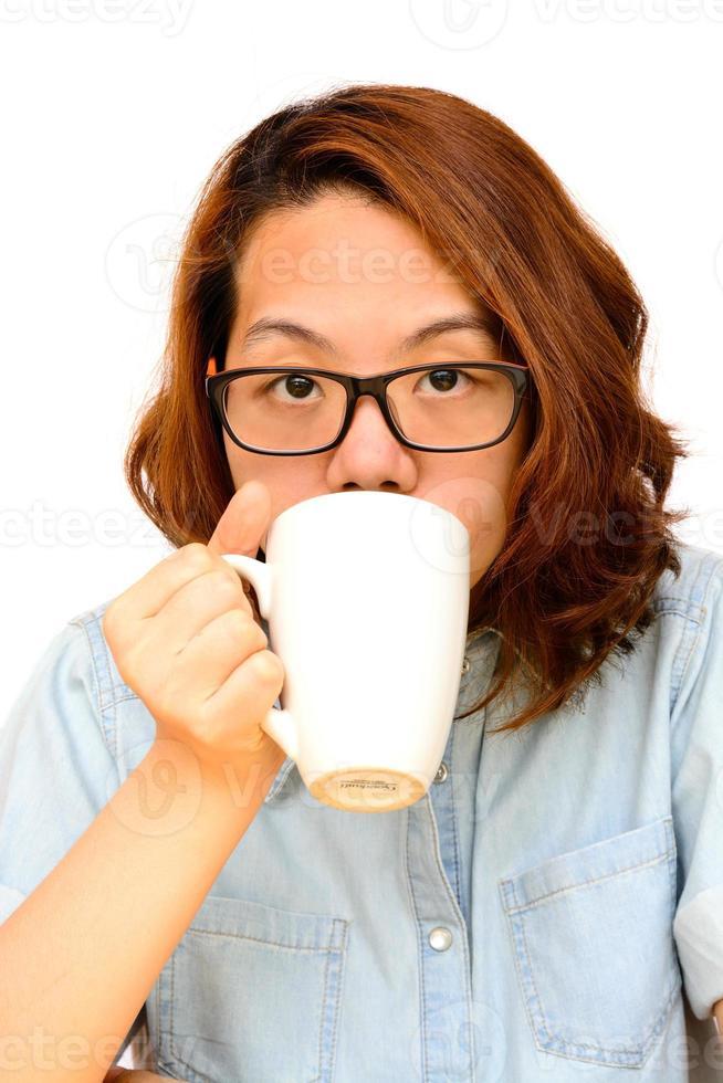 donna asiatica bere caffè nero foto