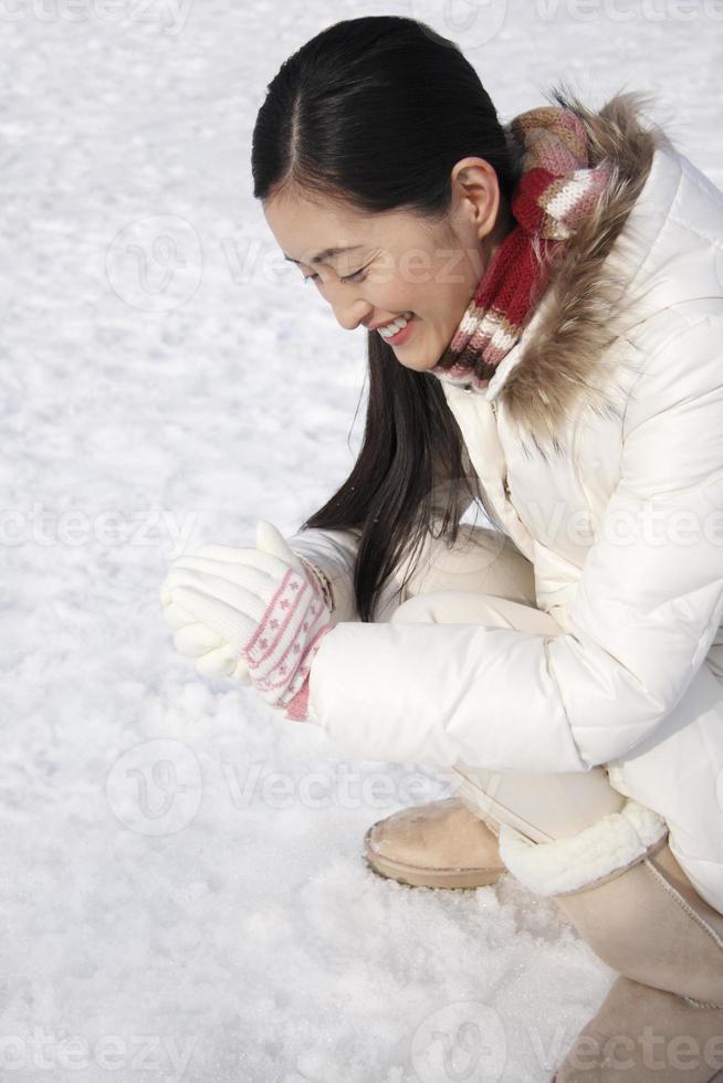 donna che fa la palla di neve foto