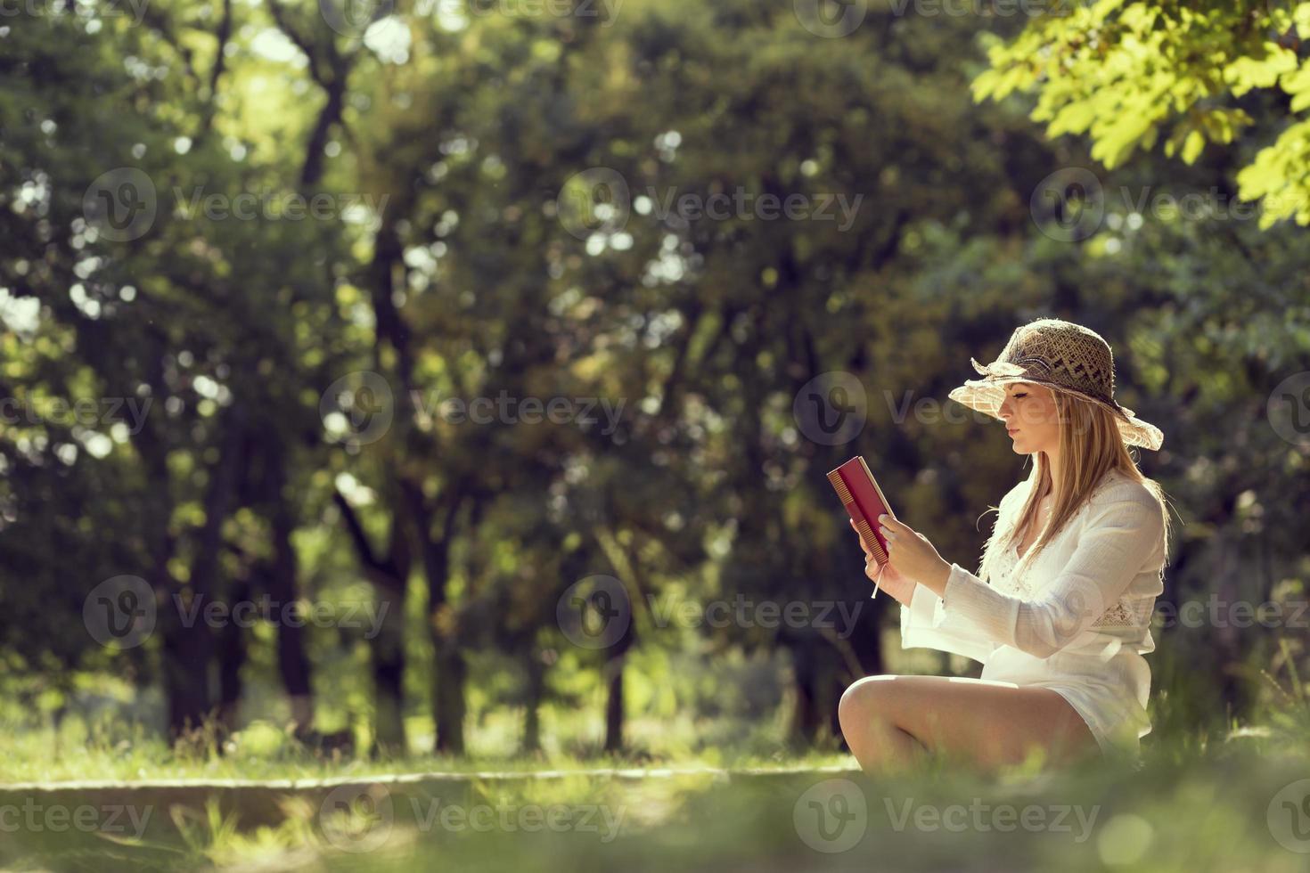 leggere un libro foto