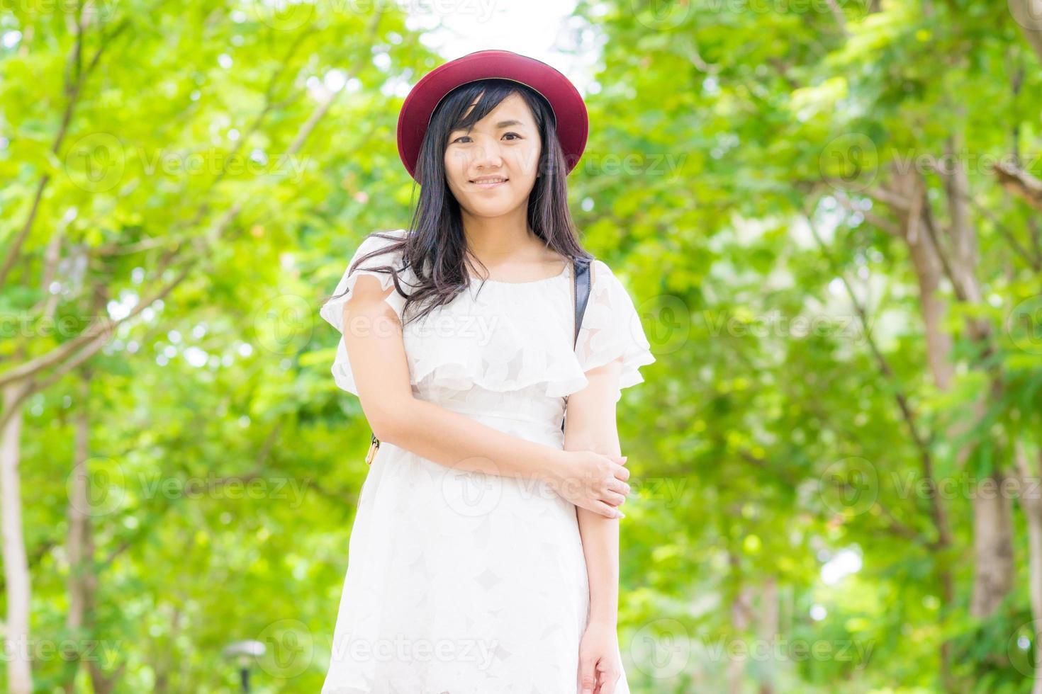 ritratto bella donna asiatica, passeggiate nel parco foto
