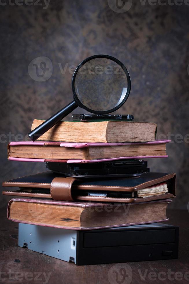 lente d'ingrandimento e libro antico, foto