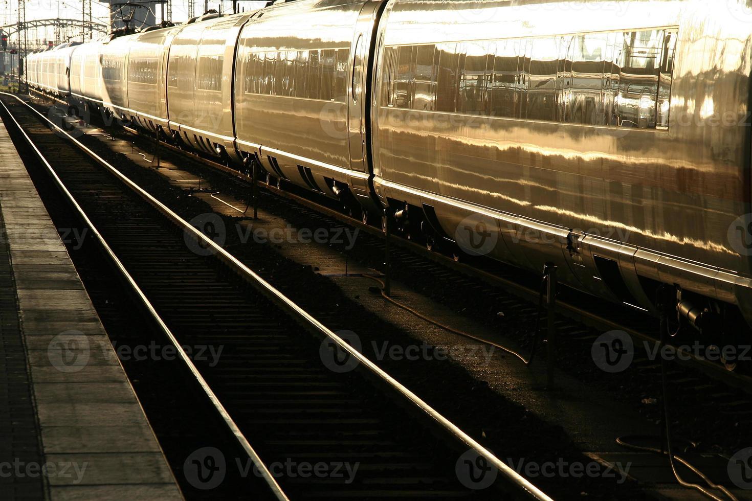 treno in controluce foto