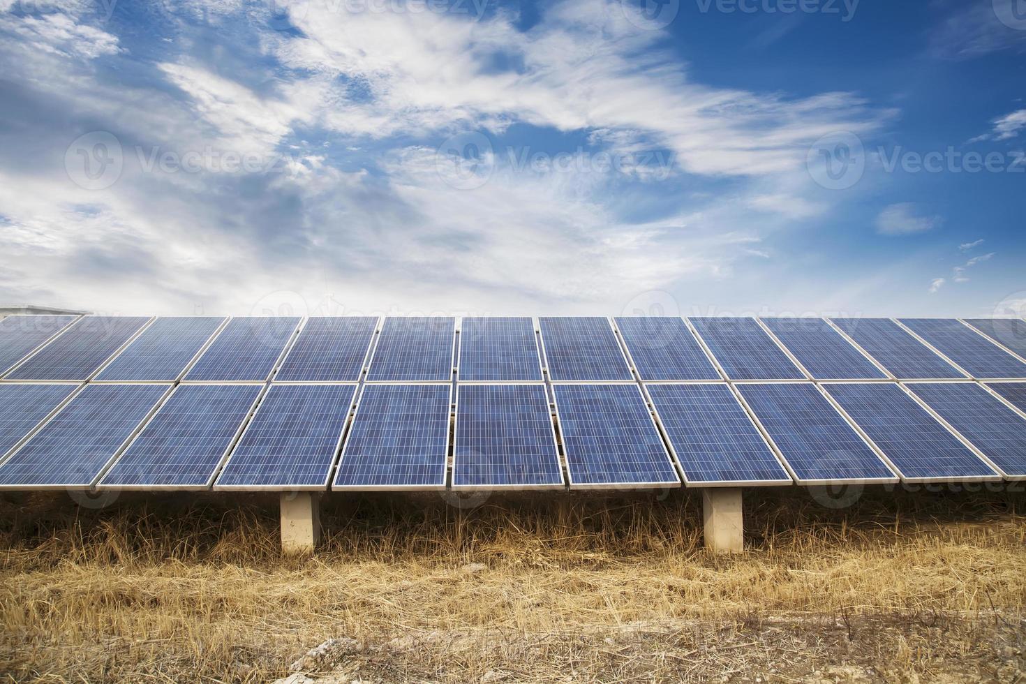 centrale elettrica usando l'energia solare rinnovabile con il sole foto
