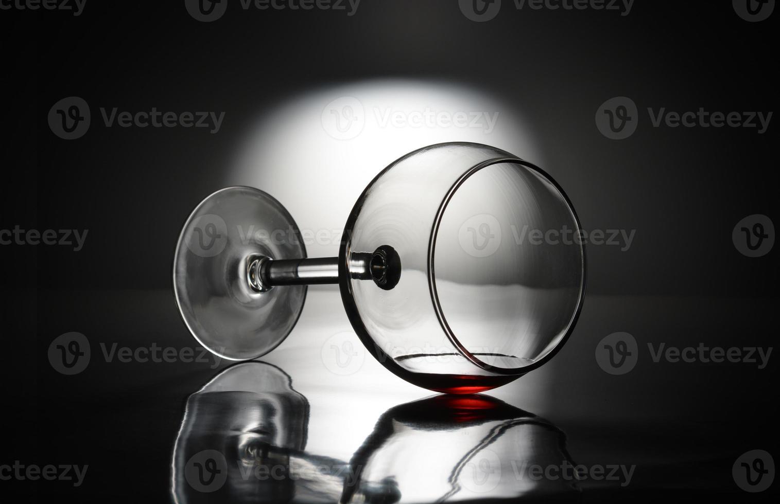 bicchiere di vino rovesciato foto