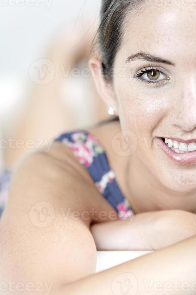 donna in abito estivo blu foto