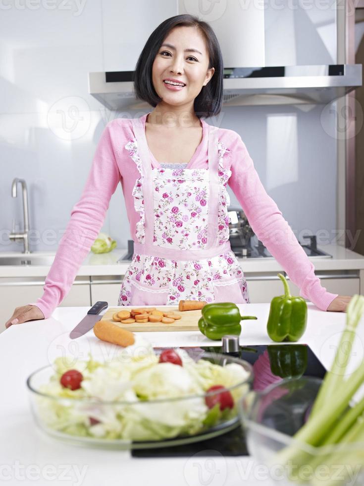 casalinga asiatica in cucina foto