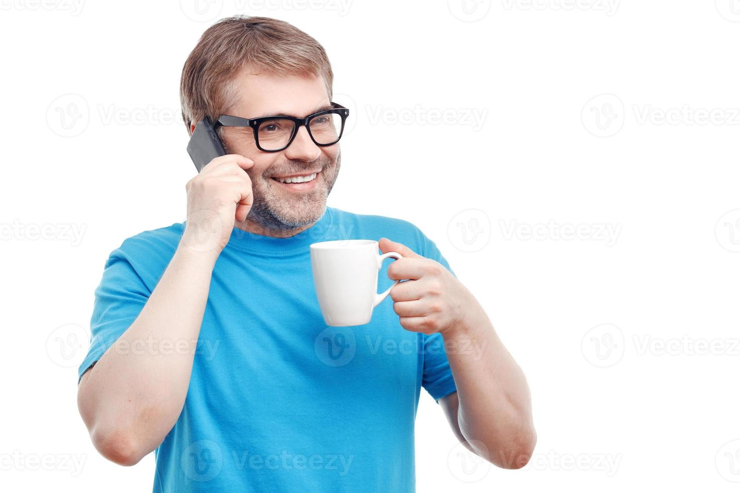 uomo allegro che beve il tè foto