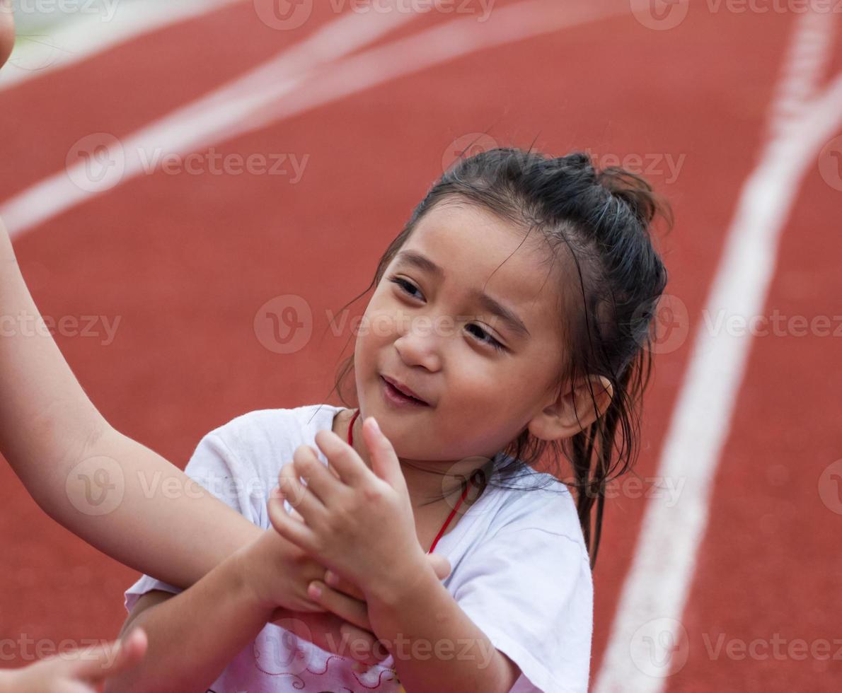 ragazza allegra in stadio sportivo foto