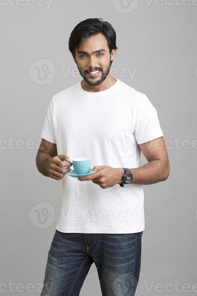 giovani indiani allegri con caffè foto