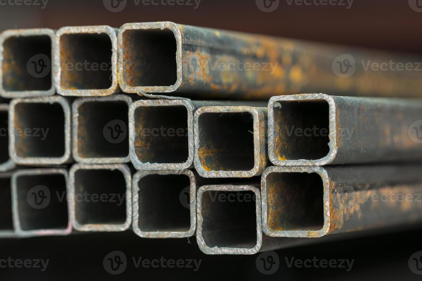 serie di tubi metallici di diverse dimensioni foto