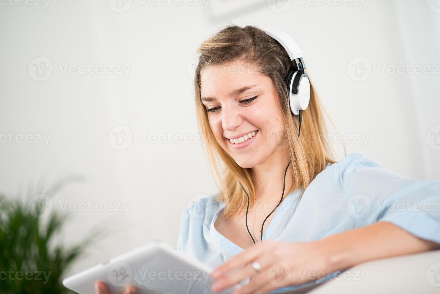musica d'ascolto allegra della giovane donna a casa foto
