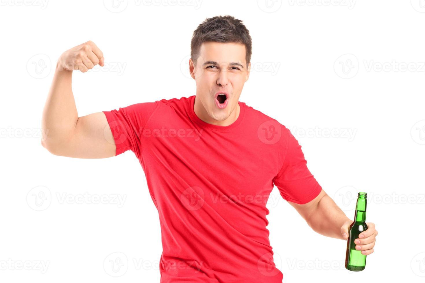 fan euforico in possesso di una bottiglia di birra e tifo foto