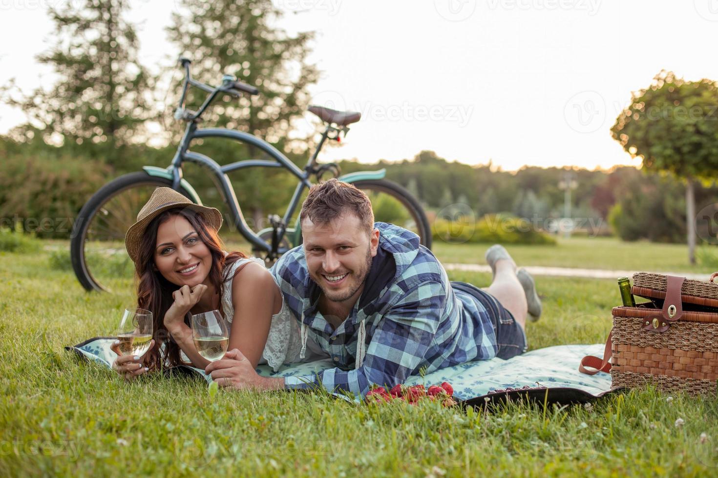 la giovane coppia allegra sta rilassandosi nella natura foto