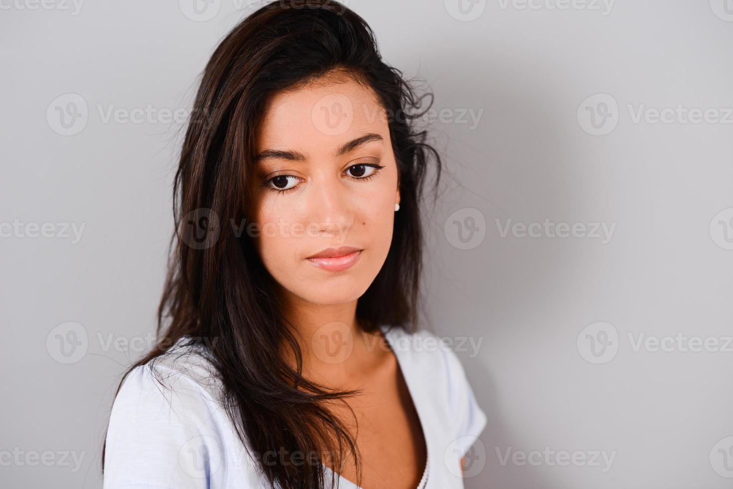 colpo isolato dello studio di giovane e bello e allegro brunette foto