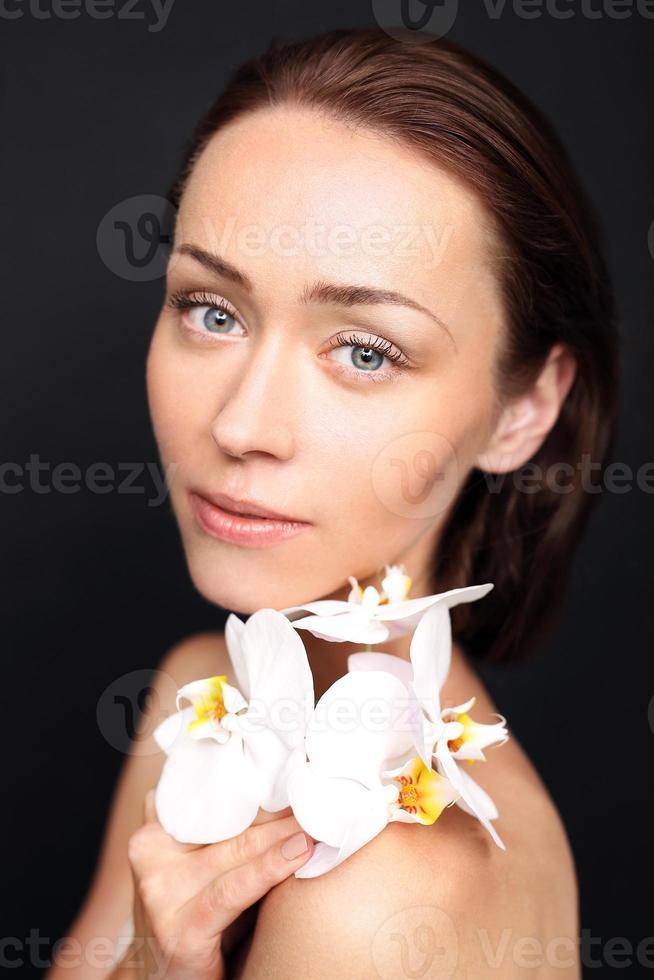 donne di bellezza naturale con orchidea foto