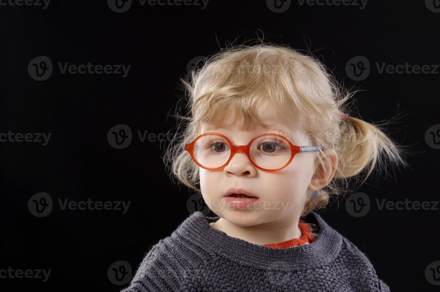 piccolo todder con gli occhiali foto