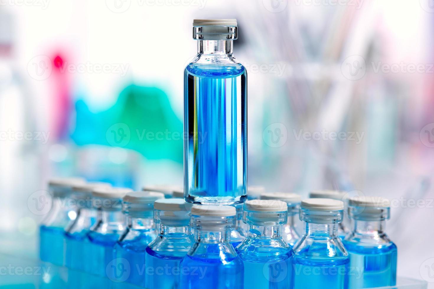 laboratorio scientifico chimico bottiglie di vetro blu foto