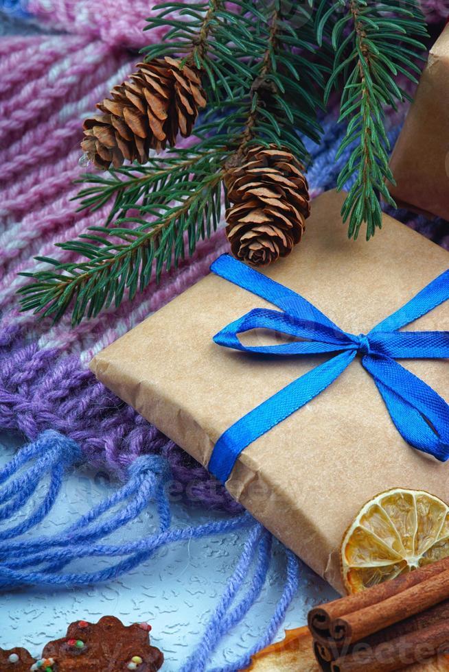 confezione regalo di Natale, ramo di abete e sciarpa invernale foto