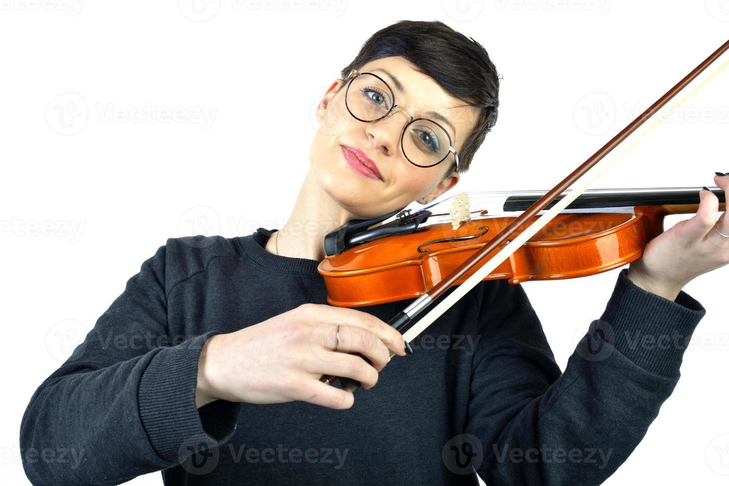 donna allegra che suona il violino foto