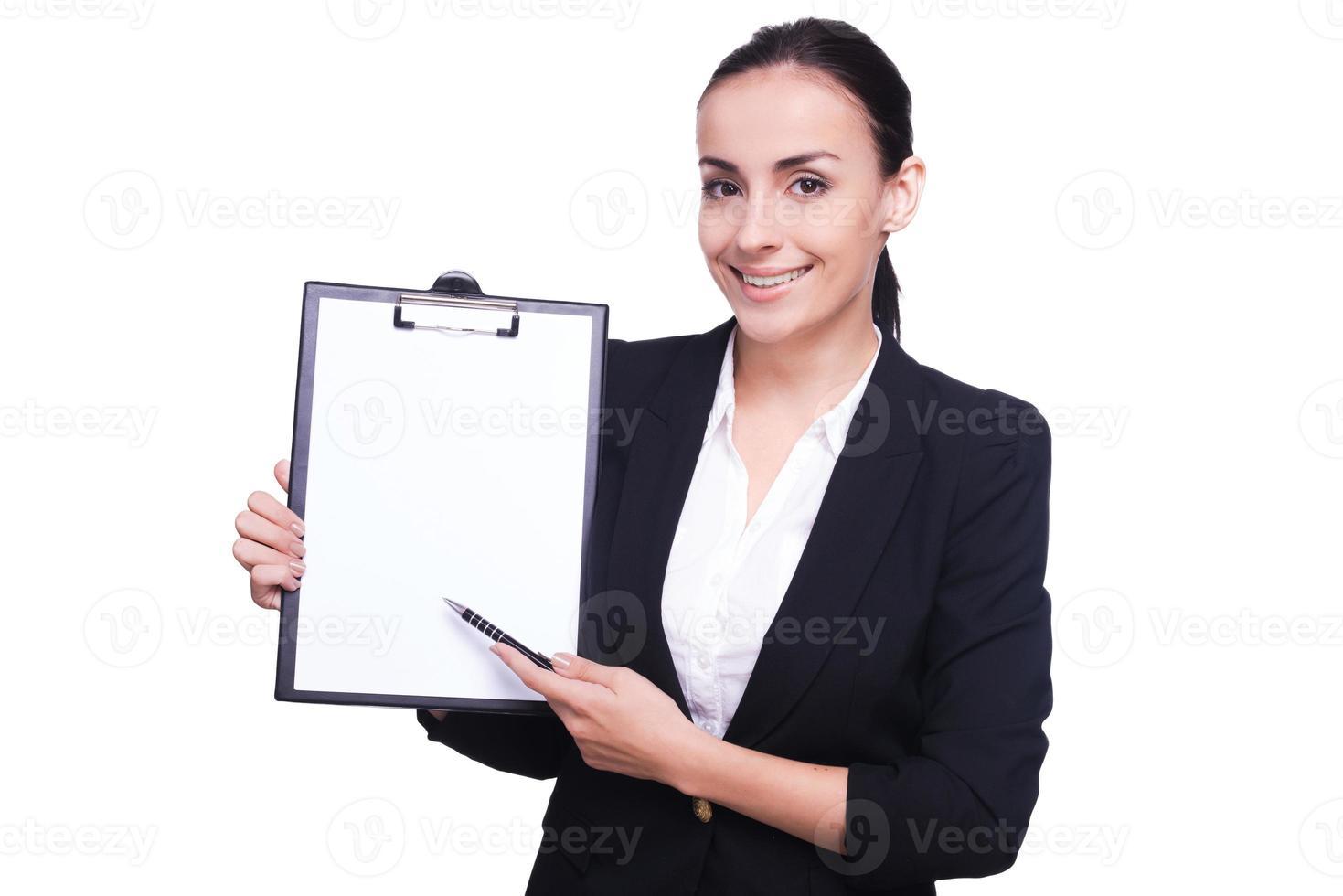 donna che indica lo spazio della copia. foto