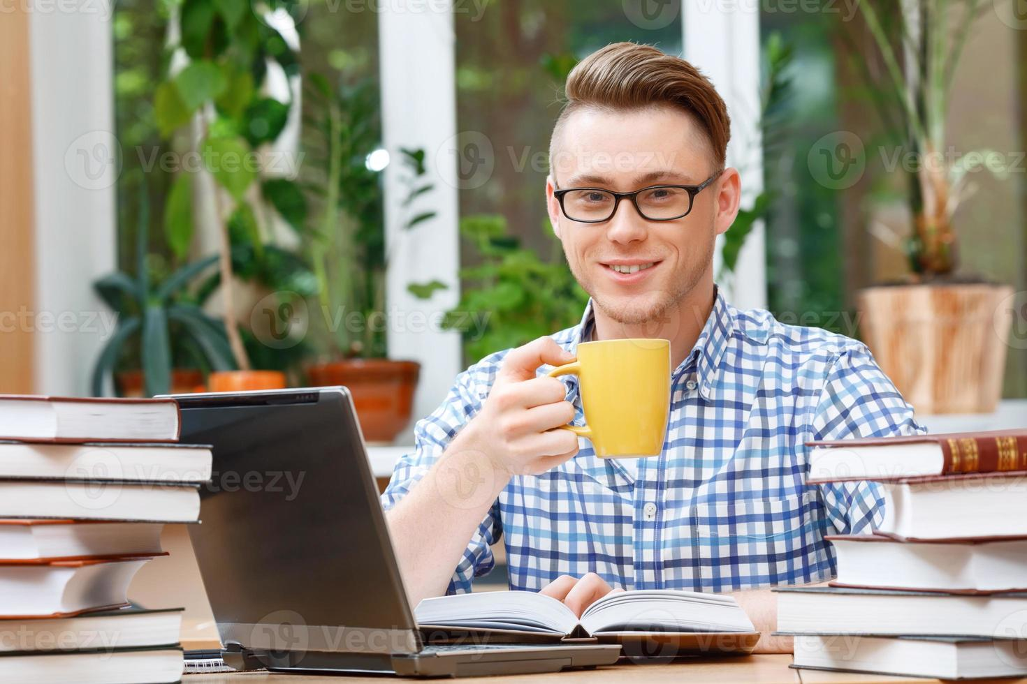 giovane studente che lavora in una biblioteca foto