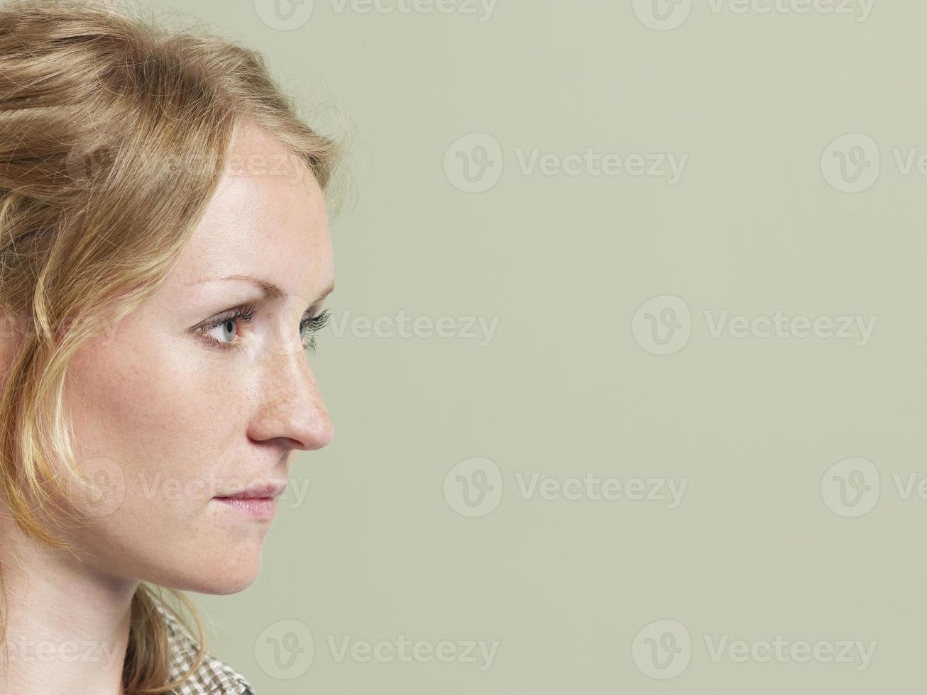 donna che guarda copyspace foto
