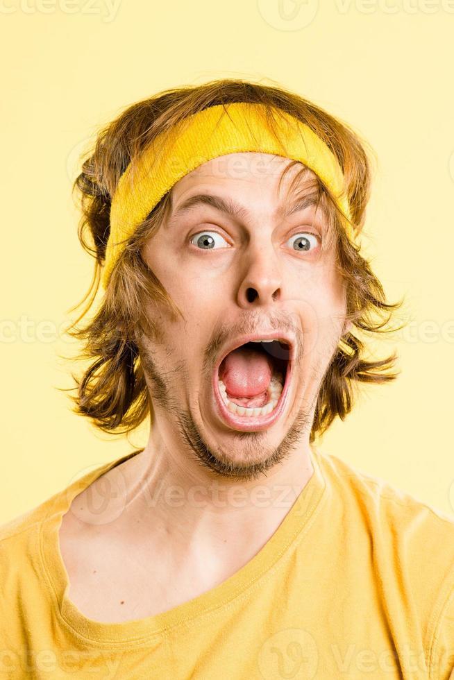 fondo giallo ad alta definizione della gente reale del ritratto divertente dell'uomo foto
