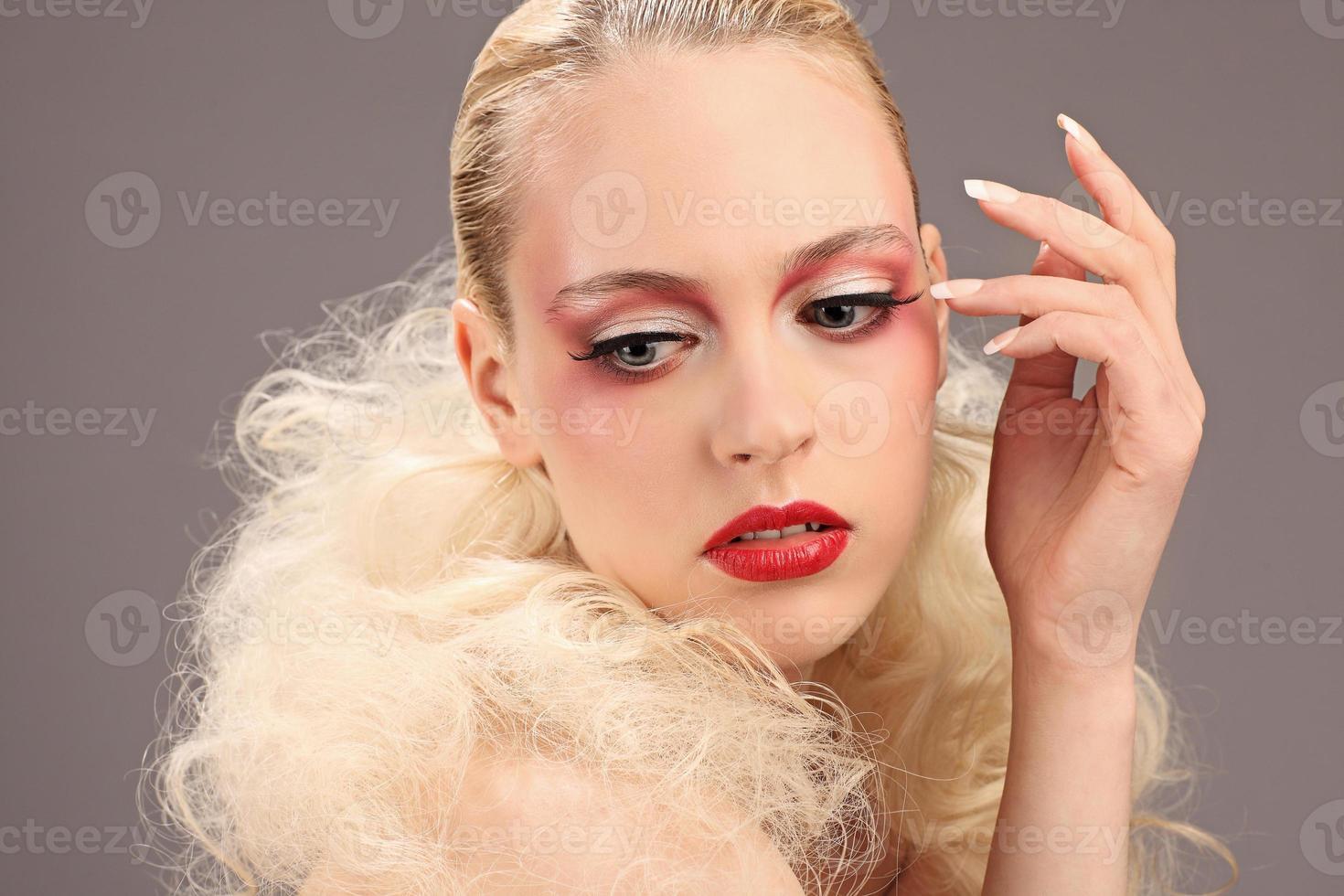 bella donna con acconciatura moda e trucco glamour, studio foto