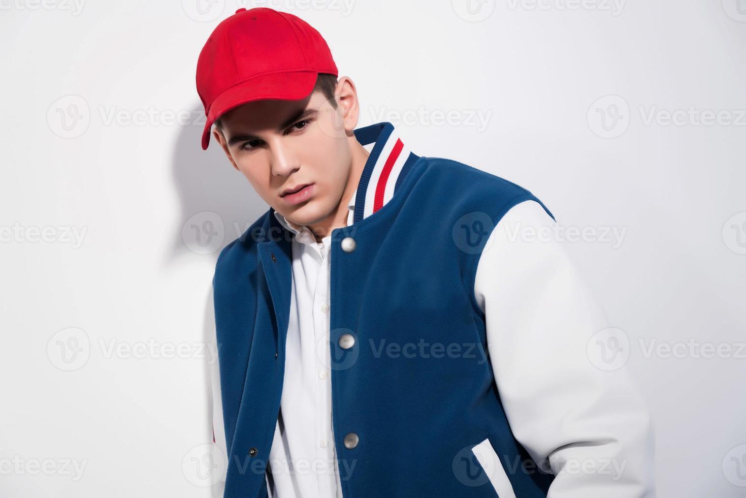 uomo di moda sportiva retrò anni cinquanta indossa giacca da baseball blu. foto