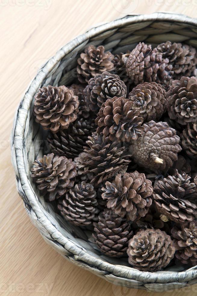 l'ornamento dei coni in una ciotola intrecciata foto