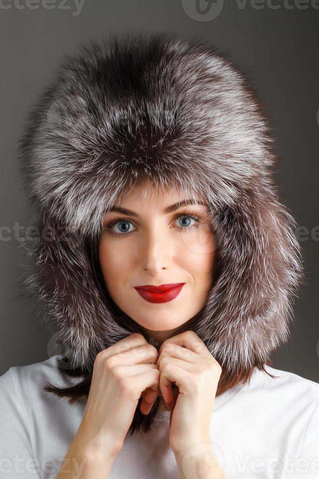 donna con un cappello di pelliccia foto