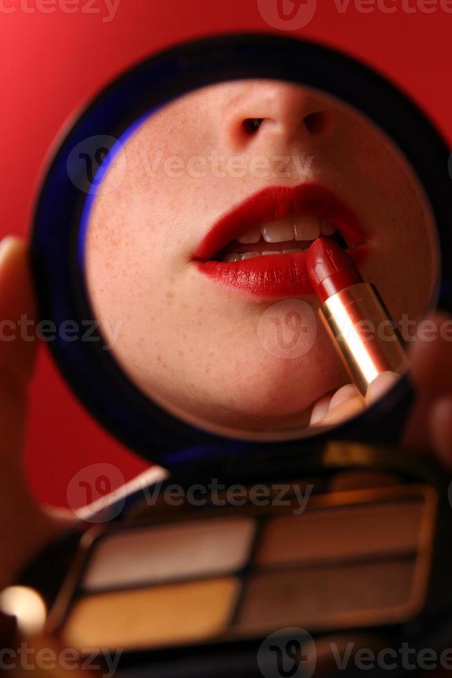 labbra rosse con rossetto in uno specchio cosmetico foto