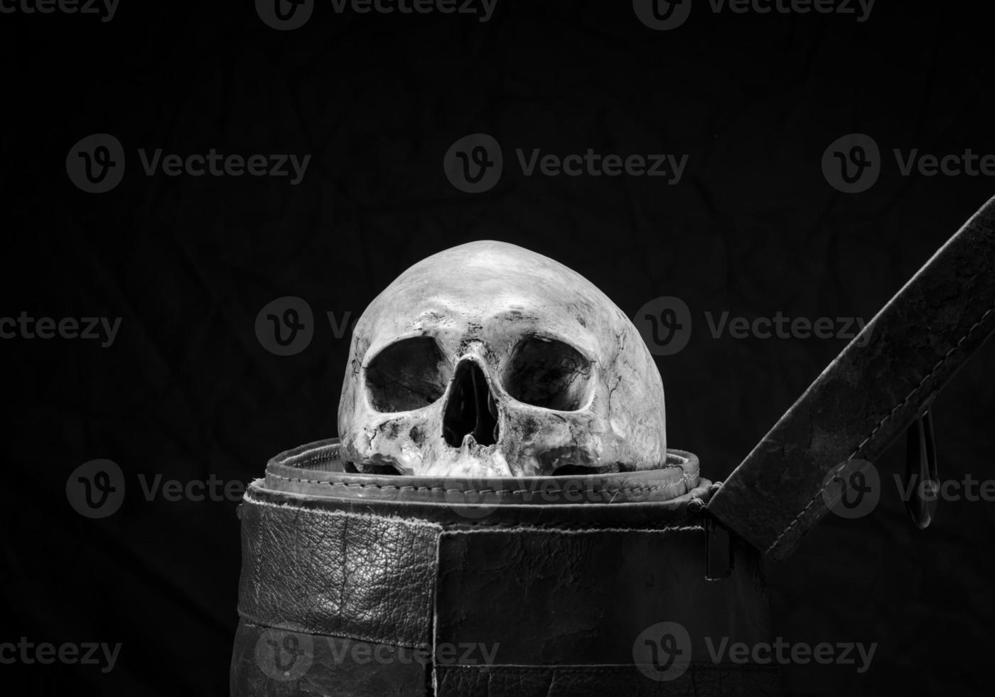 il cranio umano è collocato in una vecchia scatola di cuoio foto