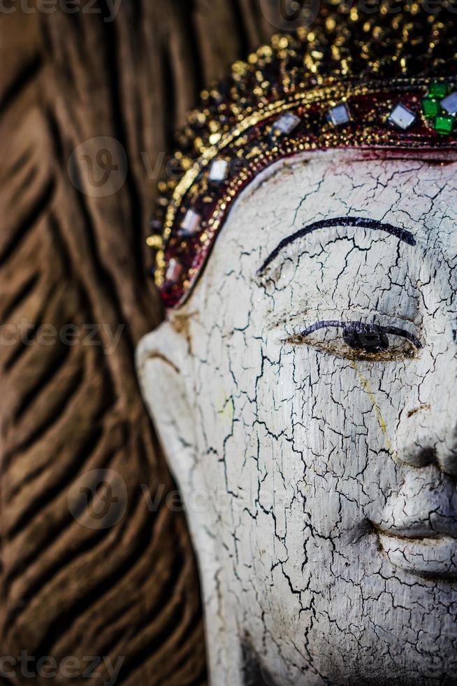 primo piano di una scultura in legno di buddha foto