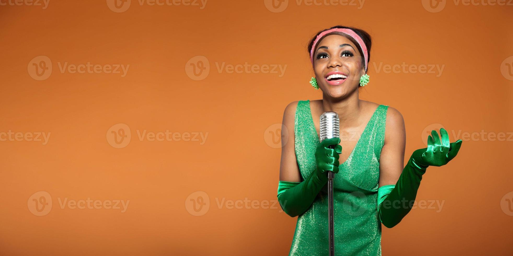 donna vintage soul jazz che canta. afroamericano nero. copia spazio. foto