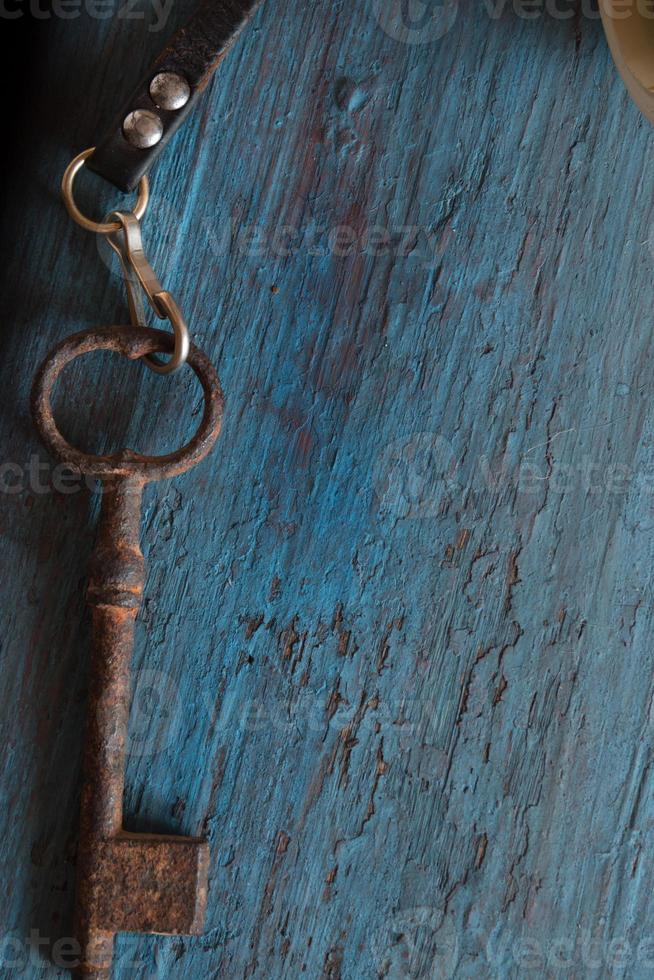vecchia chiave sul vecchio tavolo di legno foto