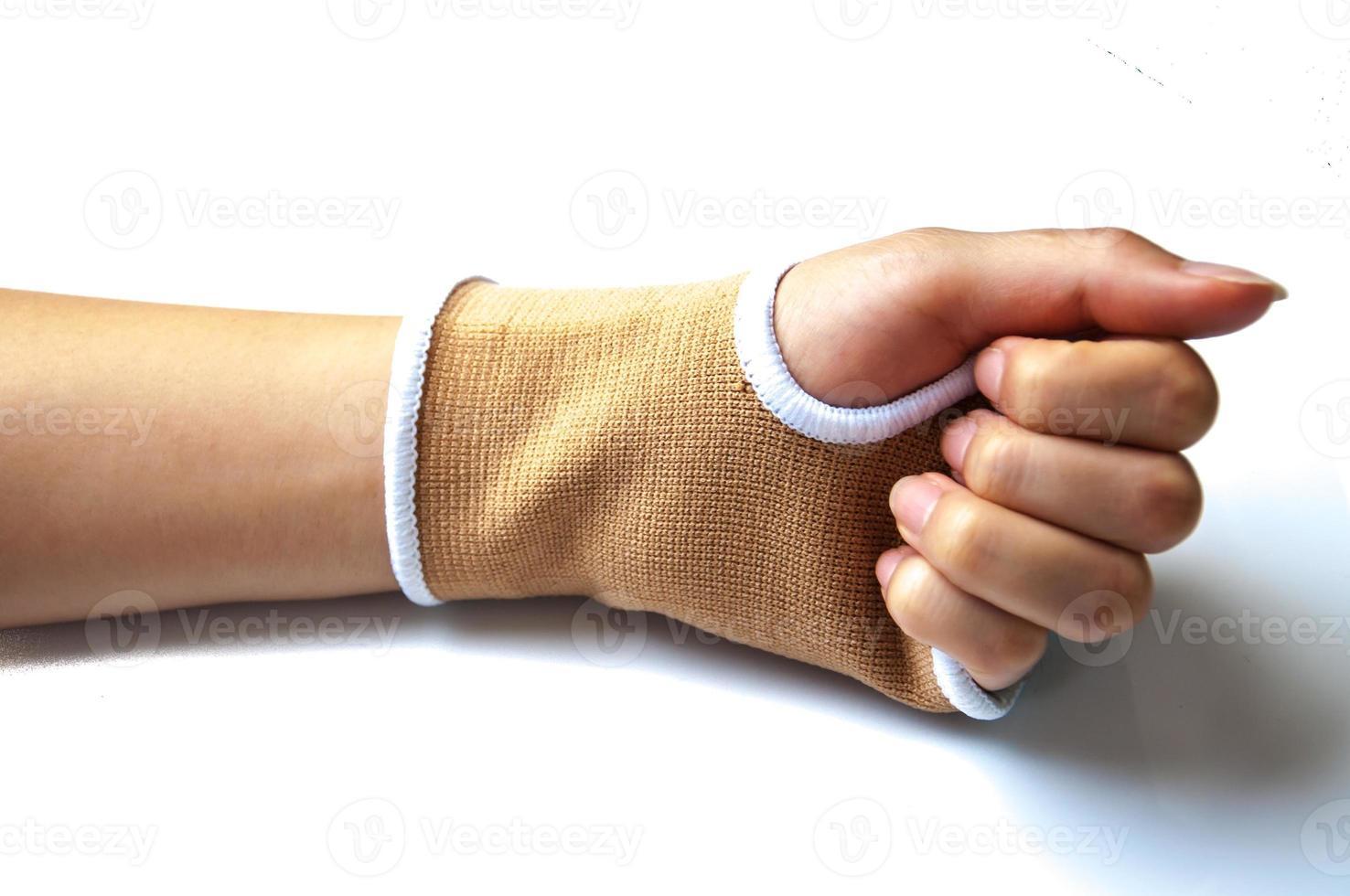 stecca della mano del primo piano per il trattamento dell'osso rotto isolato su bianco foto