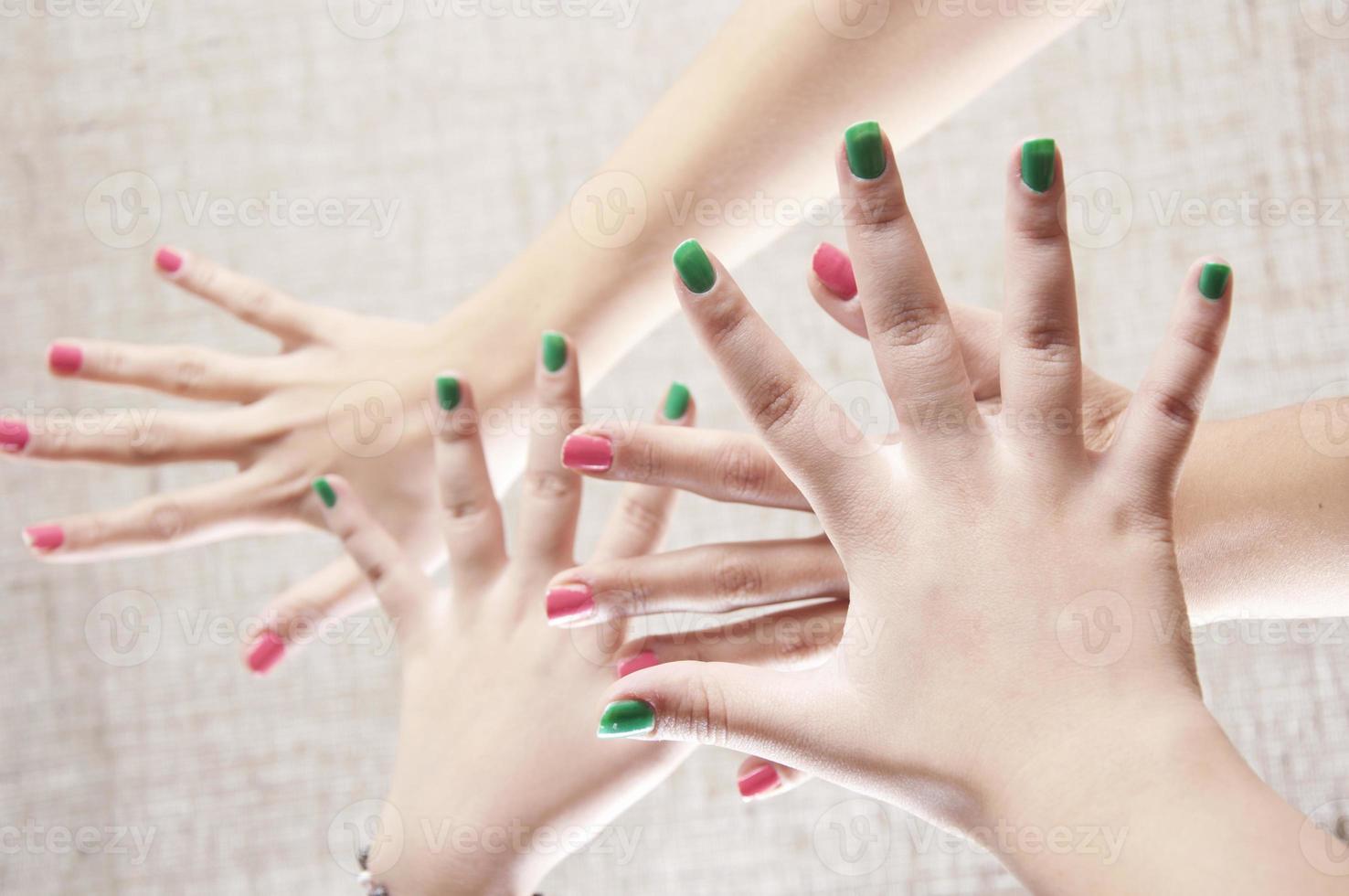 mani di donna foto