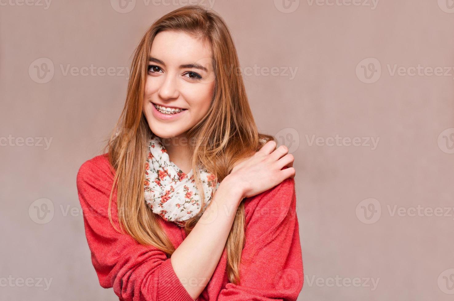 bella ragazza che indossa le parentesi graffe foto