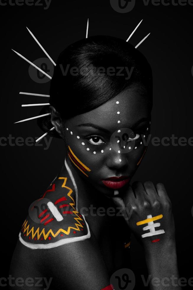 donna tribale di bellezza con il trucco foto