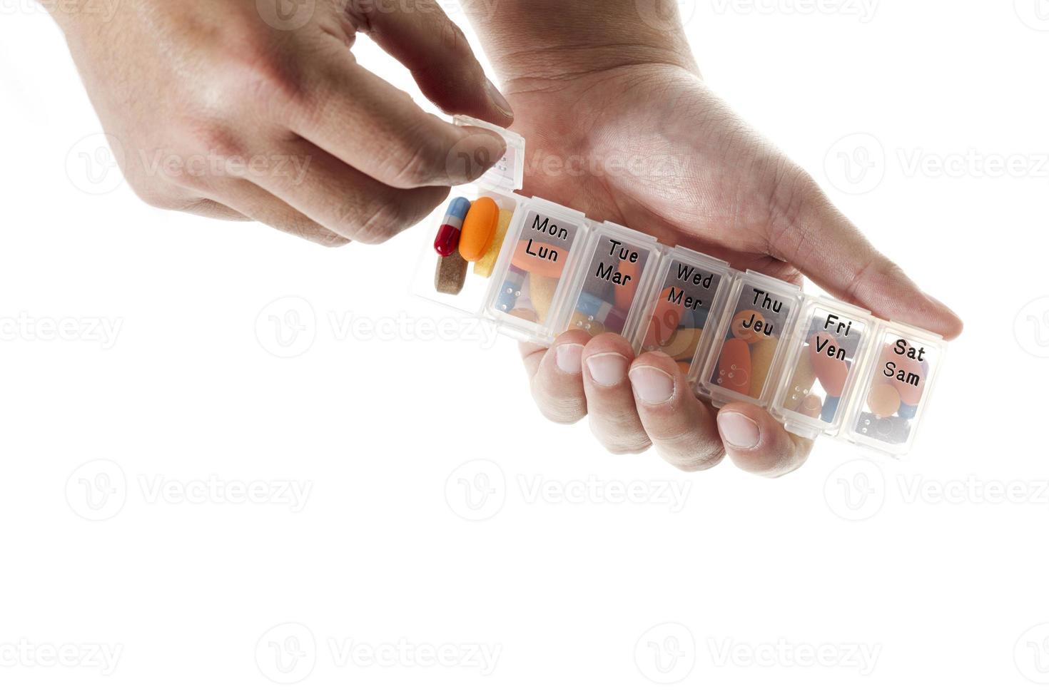 vicino colpo di mano umana che tiene pacchetto di pillole foto