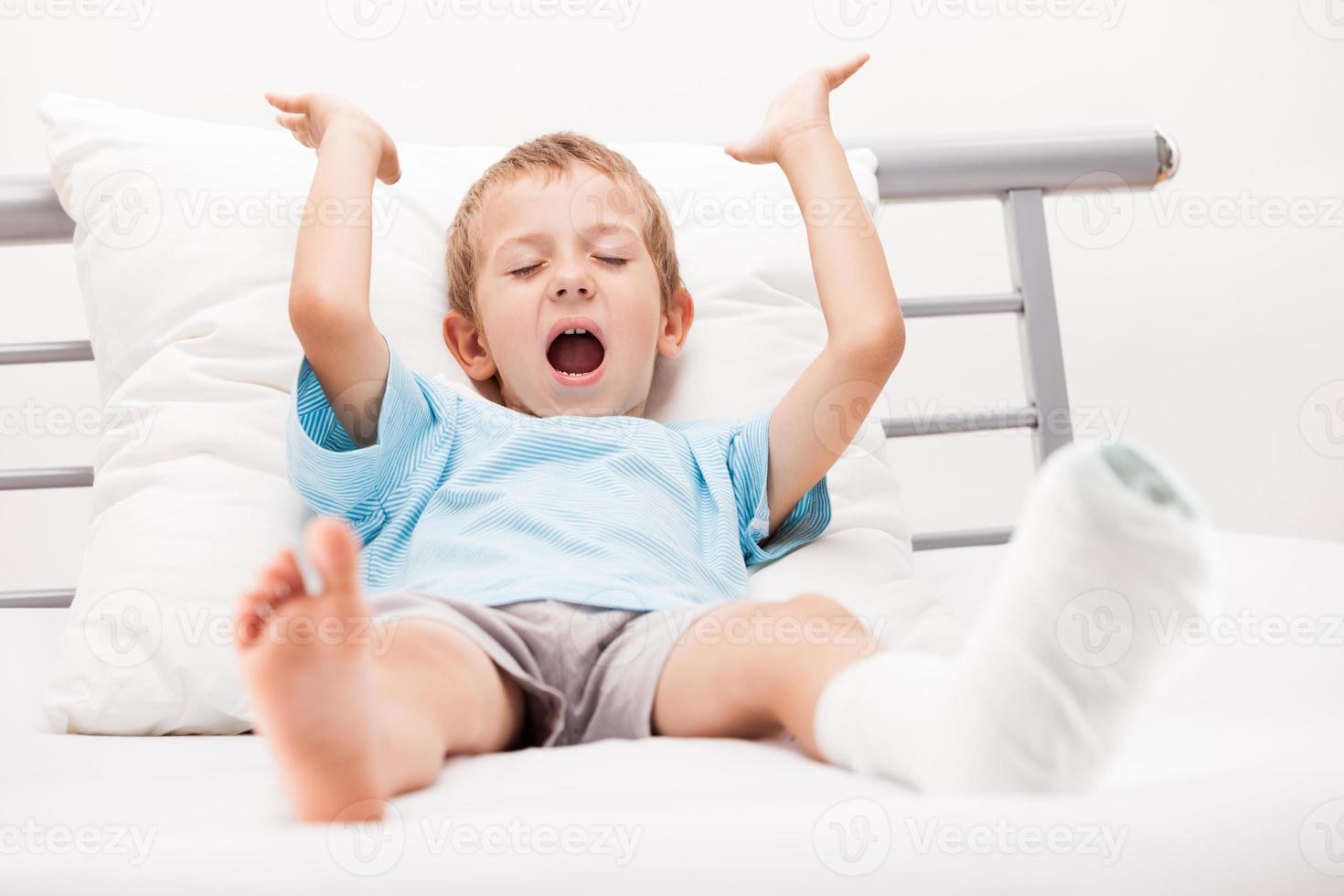 frattura del tallone della gamba del bambino o bendaggio dell'intonaco dell'osso del piede rotto foto