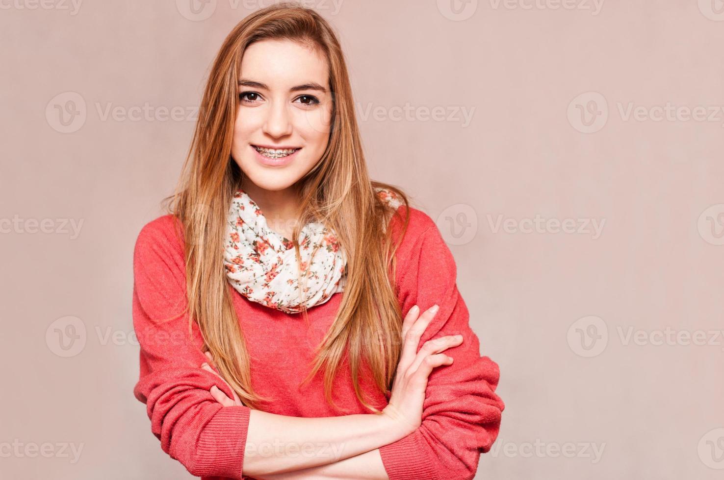 ragazza sorridente con bretelle foto