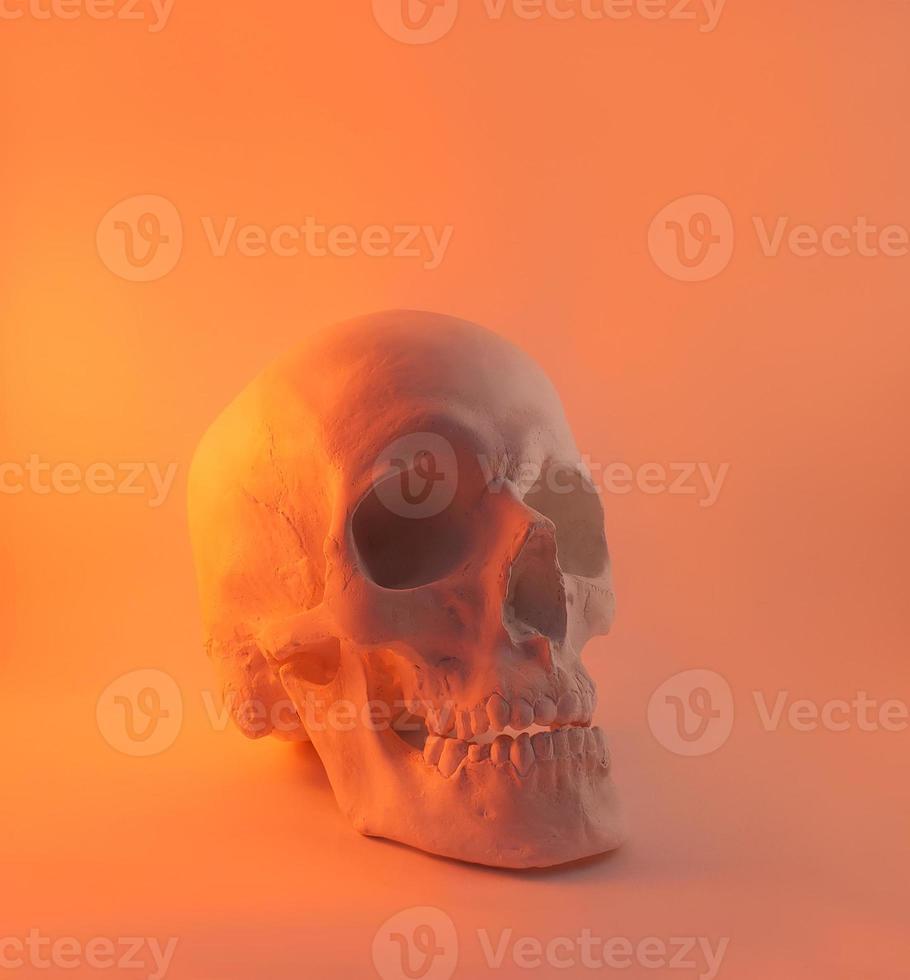 vista di angolo del cranio della luce rossa. foto