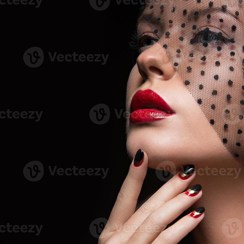 bella ragazza con un velo, trucco da sera, nero e rosso foto