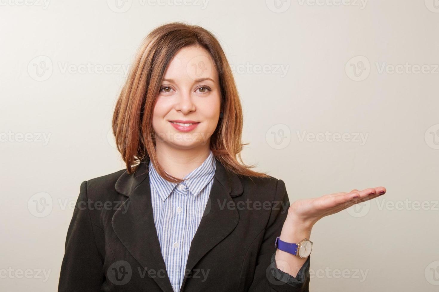 donna eccitata che punta foto