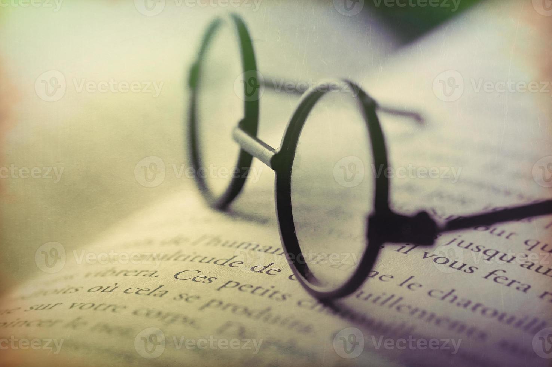 arte digitale, occhiali sul libro aperto (parole francesi) grunge foto