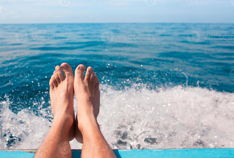 coppia di piedi rilassanti in riva al mare foto